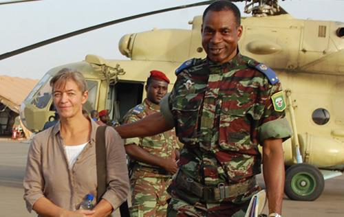 Gilbert Diendere accompagnant un otage en provenance du Nord du Mali